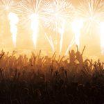 nico europe b2b pyrotechniker Pyrotechnicians konzert bühne mit flammen- und feuerwerkselementen vor begeisterter jubelnder menge mit wunderkerzen und smartphones