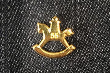 Anstecknadel gold schaukelpferd spielwarenmesse eingravierte 55