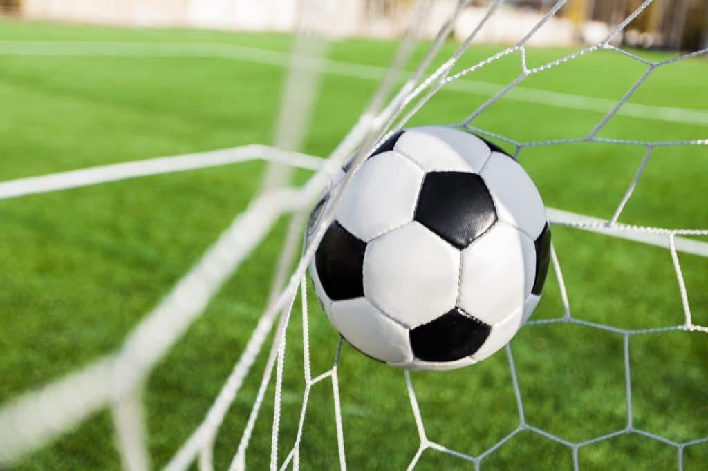 nico europe news aktuelles current fußball landet im netz, grüner rasen im hintergrund