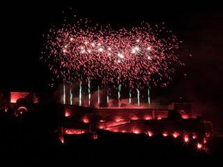 nico europe rhein in flammen rote bengalen und weiße aufstiege zu roten feuerwerkseffekten