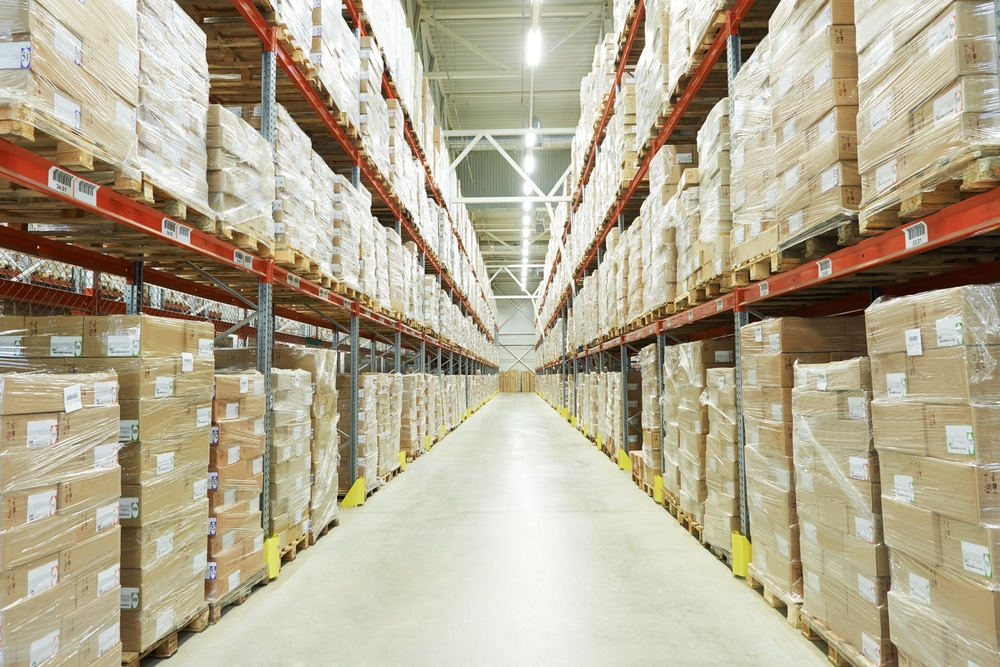 nico europe info gesetzliche bestimmungen lagerhalle mit langen mehrstöckigen regalen voller eingeschweißter pakete auf paletten
