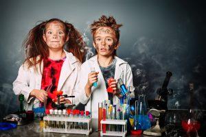 unfall bei chemie-experiment, verrußte kids