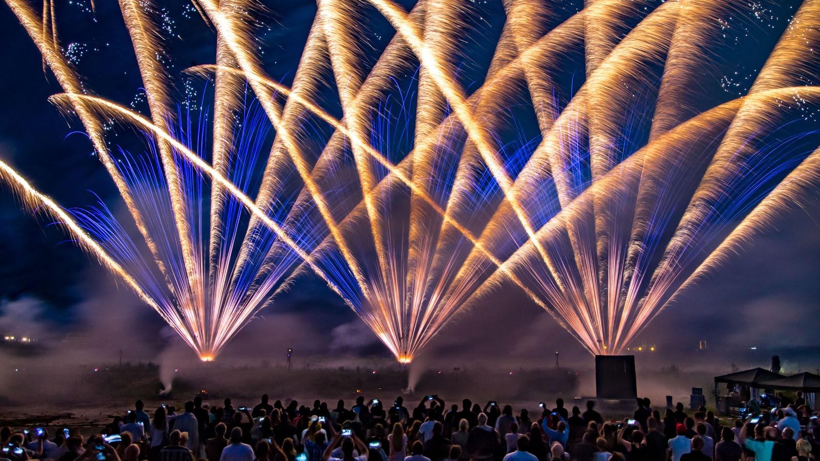 nico europe unternehmen company hoffest 2016 summer party 2016 gigantisches gefächertes feuerwerk mit goldenen und blauen aufstiegen mit blinksternen, davor begeisterte zuschauer