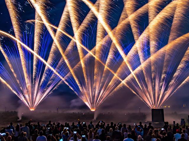 nico europe hoffest 2016 gigantisches gefächertes feuerwerk mit goldnen und blauen effekten vor begeisterten zuschauern