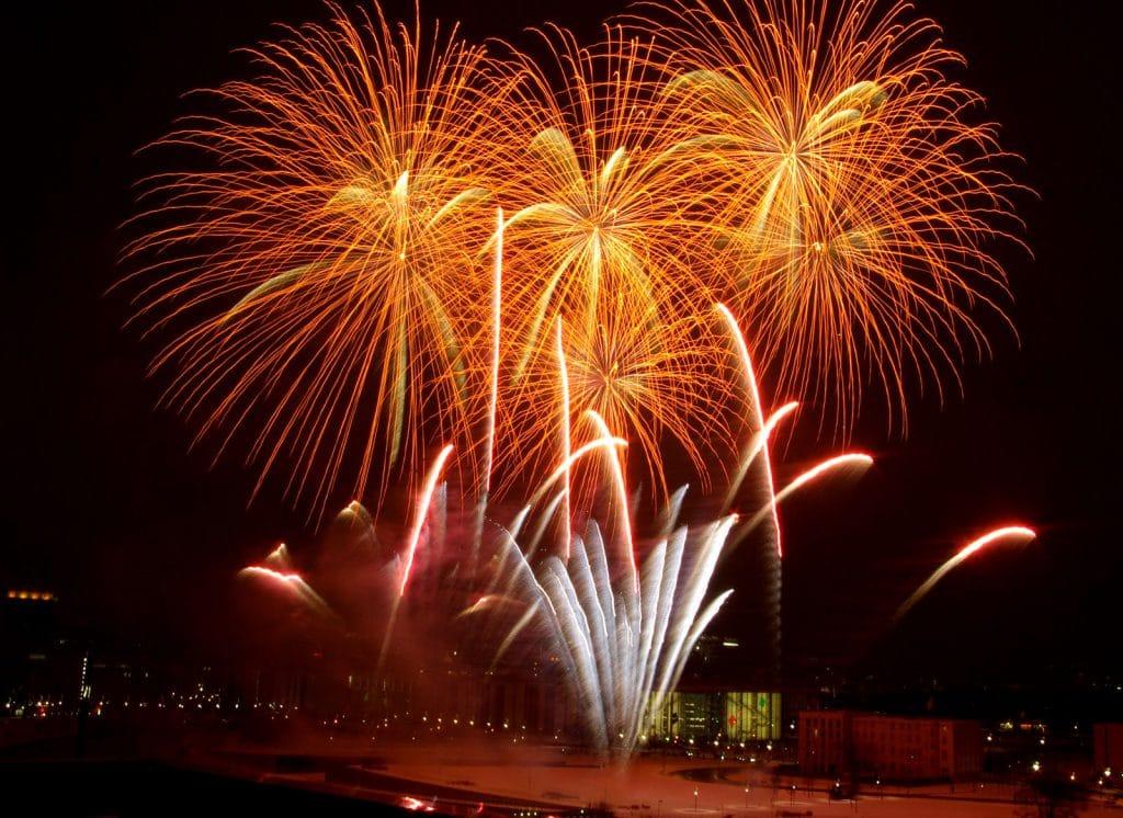 nico europe feuerwerke rheinkirmes gefächerte silbereffekte am Boden und palmenförmige goldeffekte in der Luft