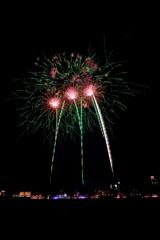 nico europe feuerwerke fireworks japantag japan day drei grüne aufstiege zu roten kugeleffekten