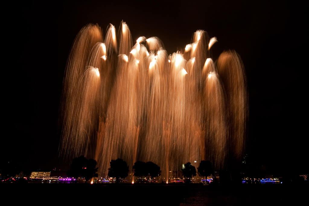 japan-tag abschlussfeuerwerk goldregen