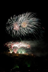 nico europe feuerwerke fireworks rhein in flammen rhine in flames grüne und rote fächereffekte am boden, blinksterne, darüber große funkeneffekte in silber