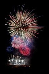 nico europe feuerwerke fireworks rhein in flammen rhine in flames am boden silberne aufstiege zu funkeneffekten, am Himmel gigantische Blinksternffekte in allen farben
