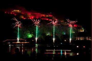nico europe feuerwerke fireworks rhein in flammen rhine in flames vier grüne aufstiege zu roten palmeneffekten in einer reihe