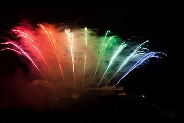 nico europe feuerwerke fireworks rhein in flammen rhine in flames gefächerte aufstiege in regenbogenfarben von links nach rechts pink, rot, orange, gelb, türkis, grün, hellblau, dunkelblau, lila