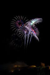 nico europe feuerwerke fireworks rhein in flammen rhine in flames silber-blaue aufstiege zu blau-rosa funkeneffekten