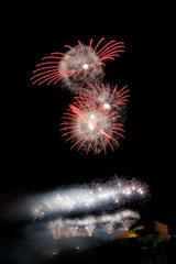 nico europe feuerwerke fireworks rhein in flammen rhine in flames viele gefächerte silberne aufstiege zu sprüheffekten, darüber silberne blinksterne und riesige rot-silberne kugeleffekte