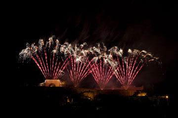 nico europe feuerwerke fireworks rhein in flammen rhine in flames vier gefächerte rosa aufstiege zu silbernen funkeneffekten