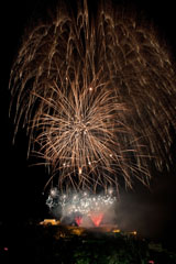 nico europe feuerwerke fireworks rhein in flammen rhine in flames rote gefächerte aufstiege zu silbernen blinksternen, darüber gigantische goldene kugelförmige funkeneffekte am Himmel