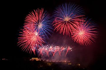 nico europe feuerwerke fireworks rhein in flammen rhine in flames viele gekreuzte rosa und blaue aufstiege zu silbernen blinksternen, darüber viele kugelförmige blau-rote funkeneffekte