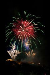 nico europe feuerwerke fireworks rhein in flammen rhine in flames gefächerte silberne aufstiege zu chrysanthemen-effekten, darüber gigantischer kugelförmiger effekt mit roten, grünen und goldenen funken