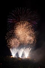 nico europe feuerwerke fireworks rhein in flammen rhine in flames drei silberne fächer, darüber viele goldene kugeleffekte