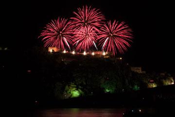 nico europe feuerwerke fireworks rhein in flammen rhine in flames silberne aufstiege zu roten kugelförmigen funkeneffekten über grün beleuchteter burg