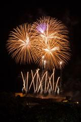 nico europe feuerwerke fireworks rhein in flammen rhine in flames viele gekreuzte goldene aufstiege zu gigantischen goldenen und rosa kugelförmigen funkeneffekten
