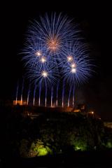 nico europe feuerwerke fireworks rhein in flammen rhine in flames viele gold-rote aufstiege in einer reihe zu blau-goldenen kugeleffekten am Himmel