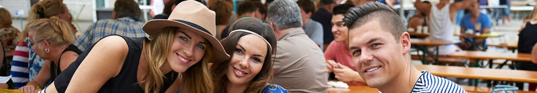 nico europe hoffest 2015 junge menschen erfreuen sich am hoffest, im hintergrund sitzgarnituren und weitere besucher