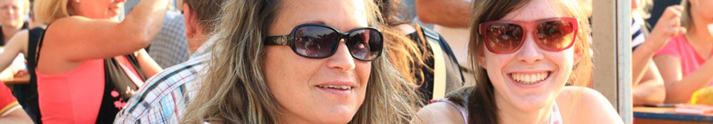 nico europe hoffest 2016 lächelnde besucherinnen mit sonnenbrillen genießen das schöne wetter und die tolle atmosphäre