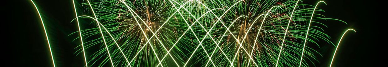nico europe hoffest 2015 abschlussfeuerwerk grüne blinksterne, davor silberne gekreuzte aufstiege