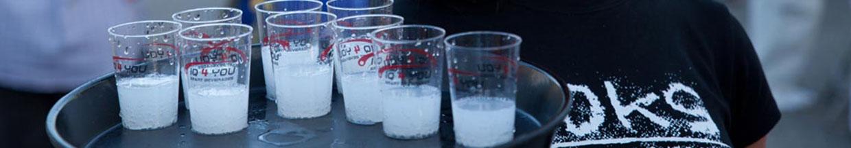 nico europe hoffest 2014 koks energydrink probierbecher auf tablett serviert von personal im koks-tshirt