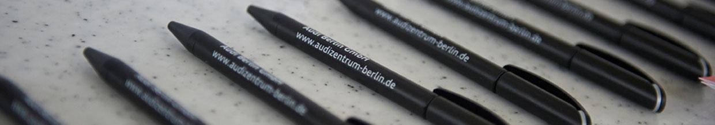 nico europe hoffest 2016 schwarze werbekulis von sponsor audi zentrum berlin in reihe nebenenander auf tisch mit heller platte