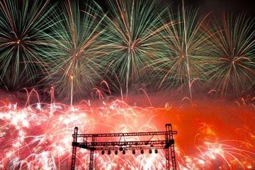 nico europe unternehmen feuerwerke liuyang creative musical fireworks competition grüne, rote, orange feuerwerkseffekte hinter bühne