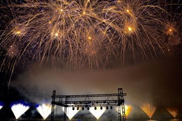 nico europe unternehmen feuerwerke liuyang creative musical fireworks competition goldene feuerwerkseffekte über silbernen bodenfontänen