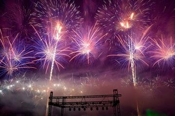 nico europe unternehmen feuerwerke liuyang creative musical fireworks competition lila, blaue und silberne feuerwerkseffekte mit blinksternen über bühne