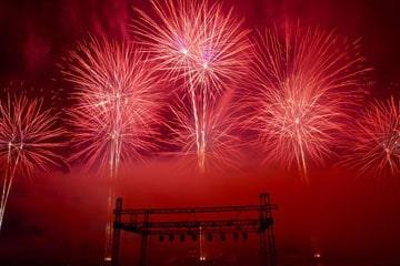 nico europe unternehmen feuerwerke liuyang creative musical fireworks competition rote feuerwerkseffekte über bühnenaufbauten