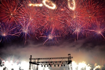 nico europe unternehmen feuerwerke liuyang creative musical fireworks competition bodenfontänen, rote und lila feuerwerkseffekte, darüber goldenen ringe