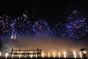 nico europe unternehmen feuerwerke liuyang creative musical fireworks competition blaue feuerwerkseffekte über bühnenaufbauten und flammenprojektoren