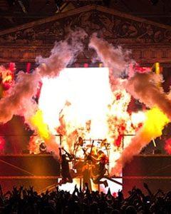 nico europe gewinnspiel manowar tempodrom bühne mit nebel, bunten lichtern und rockenden künstlern vor publikum