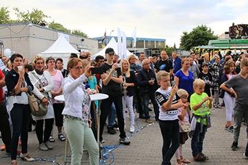nico europe hoffest 2017 applaudierende und tanzende menschen vor bühne auf hof