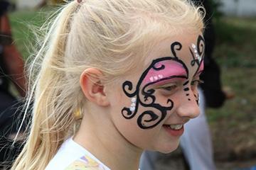 nico europe hoffest 2017 kinderprogramm blondes lächelndes mädchen mit pferdeschwanz und gesichtsbemalung
