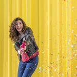 junge frau schießt confetti-shooter