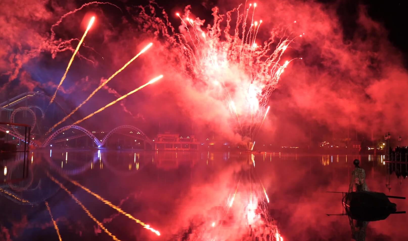 Produktvorführung Heide Park Soltau 2019 Blick auf See mit Achterbahn und Feuerwerk im Hintergrund